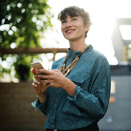 Femme d'affaires avec un smartphone en main