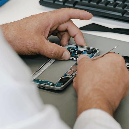 Téléphone ouvert en cours de réparation par un technicien