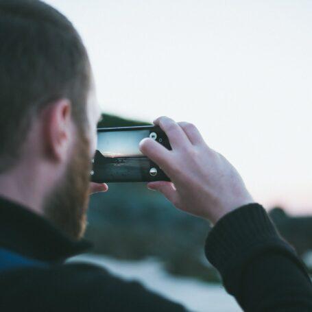 un homme prenant une photo du paysage