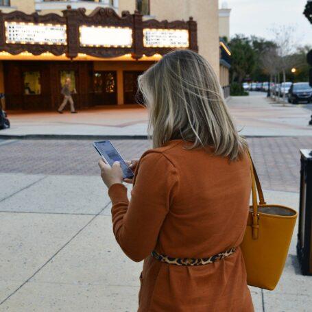 CADAOZ, femme qui regarde son smartphone. Témoignage
