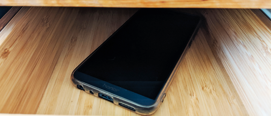 Smartphone au fond d'un tiroir