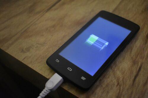 Recharger la batterie d'un smartphone