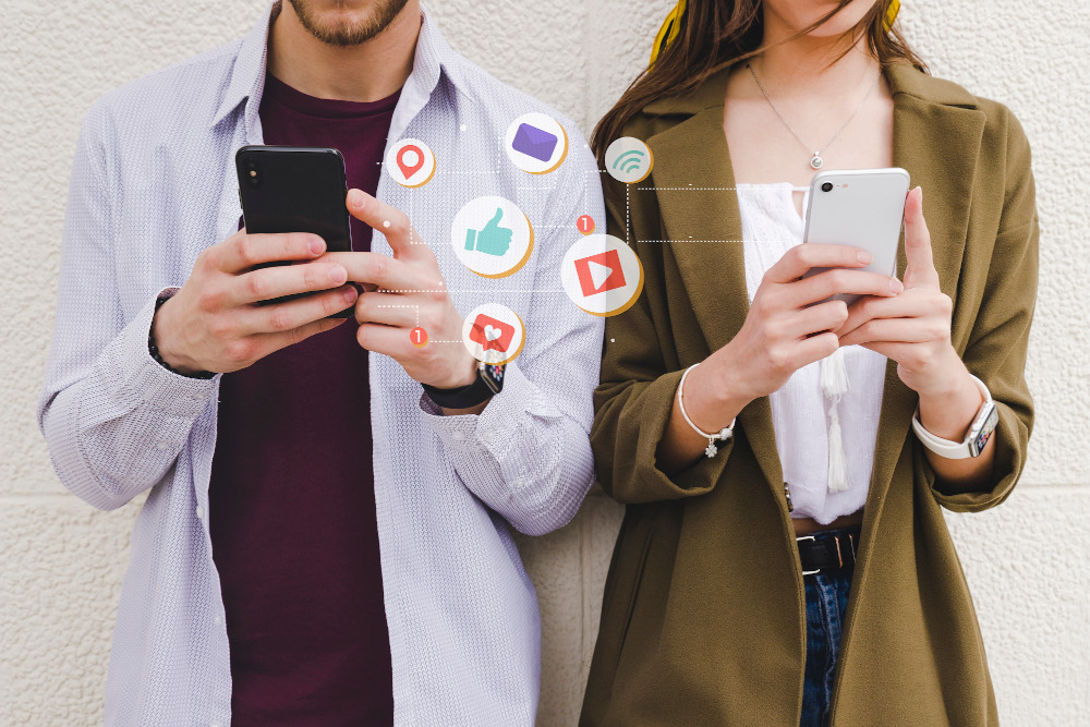 Deux personnes utilisent leurs mobiles